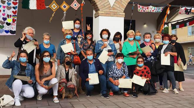 Lavori a maglia pieni di speranza: durante la quarantena aPisignano e Cannuzzo le donne hanno colorato le comunità