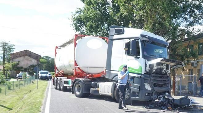 Scontro tra un camion e una moto: muore centauro a Barbiano