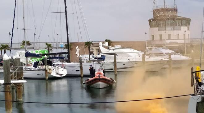 Spettacolare esercitazione antincendio della Capitaneria di porto di Rimini