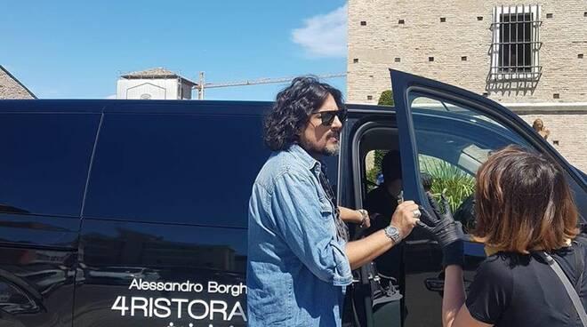 Alessandro Borghese avvistato tra Cervia e Milano Marittima: girerà una puntata di '4 Ristoranti' sulla riviera