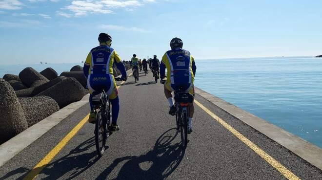 ciclisti Diga foranea Marina di Ravenna - Fiab Ravenna