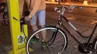danni alla colonnina di manutenzione bici