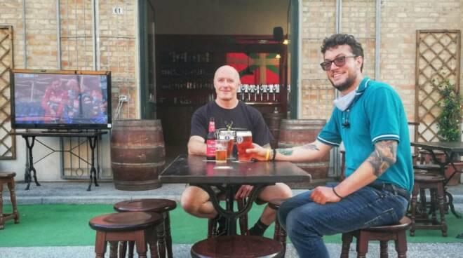 il proprietario del pub mcGowan Stefano Gamberini con il Funzionario Confesercenti Ravenna Riccardo Ricci Petitoni