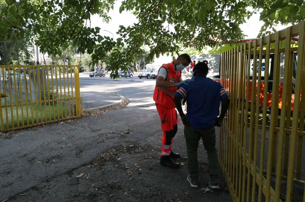 Le operazioni di sgombero dell'ex Ostello di Ravenna dalla presenza di 6 persone abusive