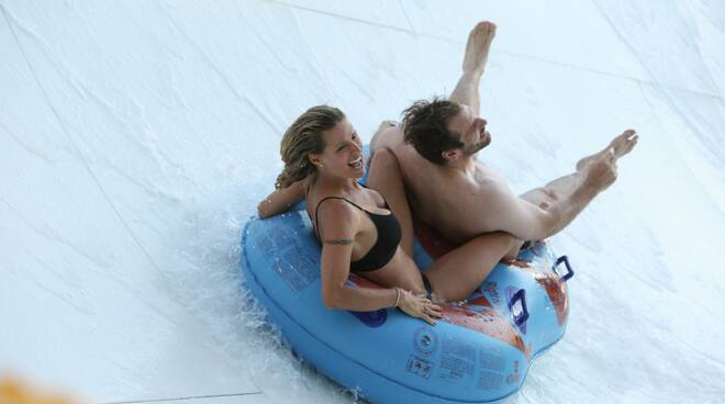 Michelle Hunziker e Rovazzi scivolano all'Aquafan di Riccione