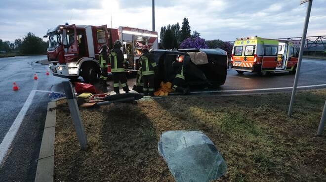 Ravenna, incidente sulla Romea: ragazza si cappotta con l'auto all'uscita della rotonda