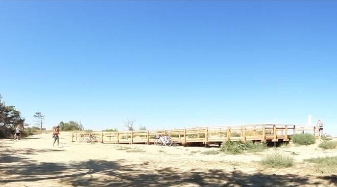 Spiaggia naturista della Bassona: l'attraversamento sulla duna sarebbe vietato, ma…