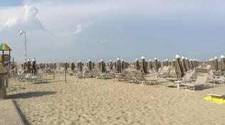 'Fuggi-fuggi' sulla spiaggia di Marina Romea per il forte vento: grande spavento ma situazione rientrata