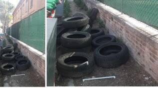 La città che non ci piace: copertoni e rifiuti davanti alla scuola per oltre due settimane