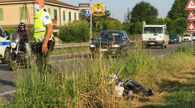 Scontro tra un'auto e una moto a Faenza: gravissimo centauro 50enne