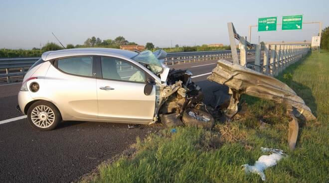 Tragedia in autostrada all'altezza di Bagnacavallo: impatta contro il guardrail, muore una ragazza
