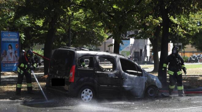 Autovettura a Gpl prende fuoco in Piazza Caduti del Lavoro a Ravenna
