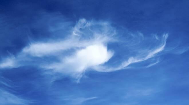 Cielo sereno con nuvole
