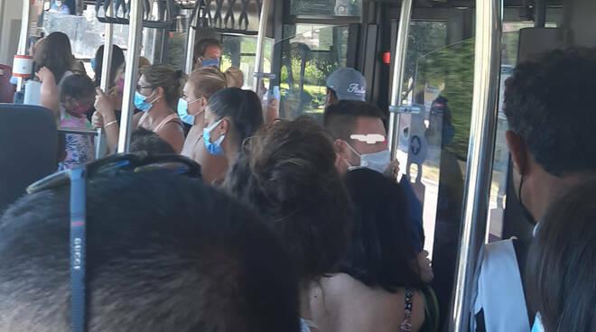 mascherine autobus assembramento bus