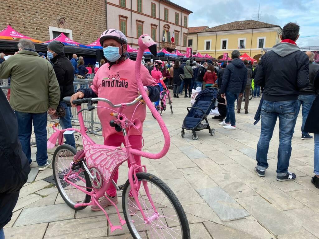 Il Giro d'Italia passa per Cervia: la carovana rosa sfreccia per le strade della città
