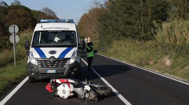 Incidente sulla Ravegnana: motociclista finisce fuori strada a Roncalceci