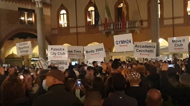 Palestre e ristoratori protestano contro la chiusura disposta dal Governo: tanti in piazza del Popolo a Ravenna