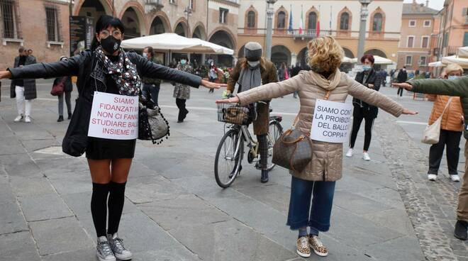 protesta ballerini in piazza del popolo a ravenna