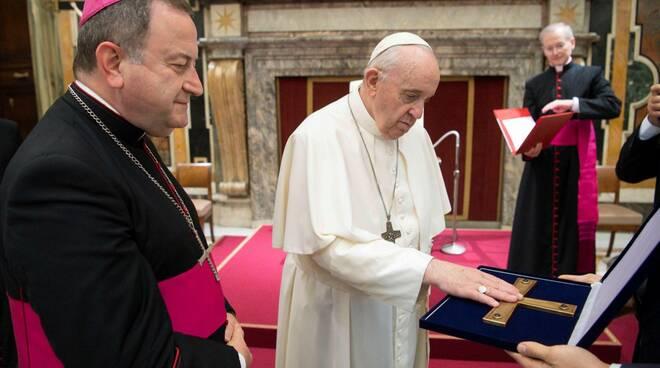 Da Ravenna una delegazione ha portato a Papa Francesco lo scorso 10 ottobre la croce d'oro che Paolo VI donò, nel 1965, alla città,
