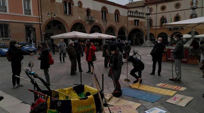 Gli ambientalisti scendono in piazza contro lo stoccaggio della CO2 a Ravenna