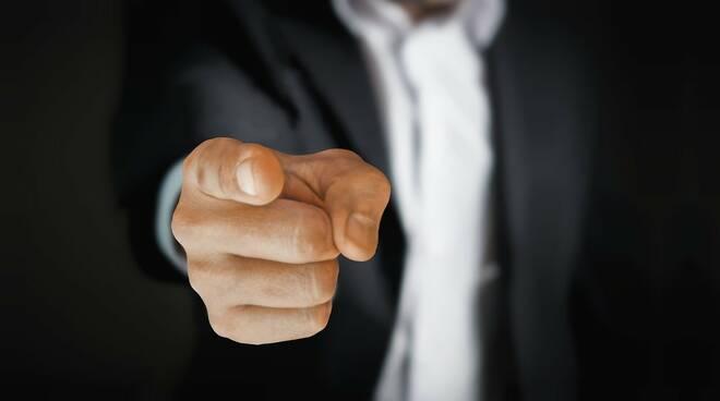 uomo dito puntato violenza
