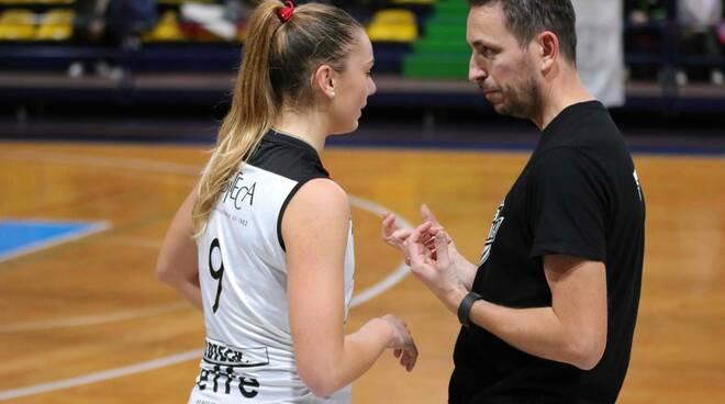 Andrea Simoncelli il coach dell'Elettromeccanica Angelini a colloquio con Bianca Mazzotti