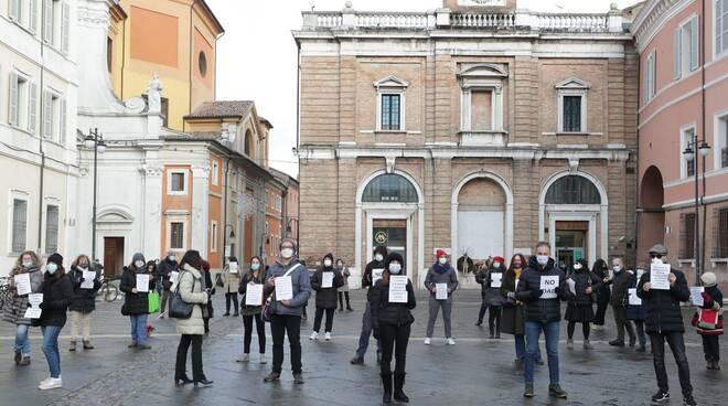 Flash mob contro la didattica a distanza in piazza del Popolo a Ravenna