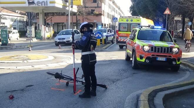 Incidente a Faenza:ciclista investito in rotonda