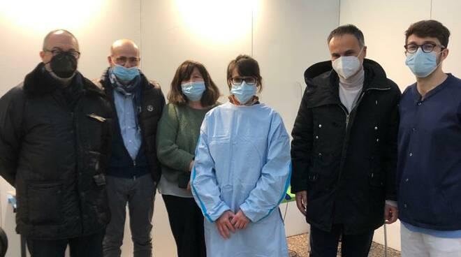 L'assessore regionale Andrea Corsini in visita al punto vaccinale del Pala De Andrè di Ravenna