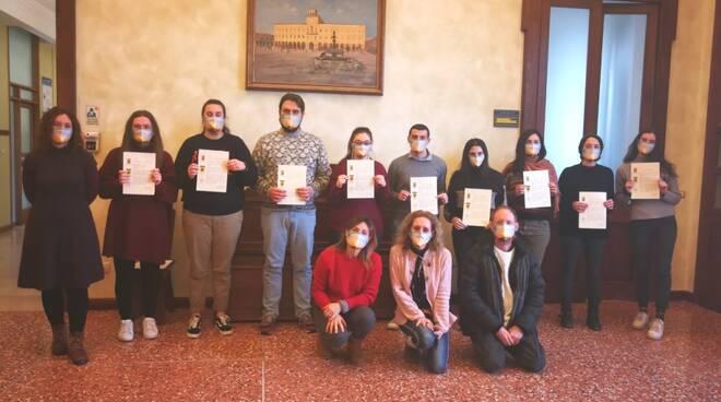Sindaco e assessore salutano i ragazzi del Servizio civile nazionale che hanno svolto l'esperienza a Cervia