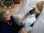 stanza abbracci covid - anziani