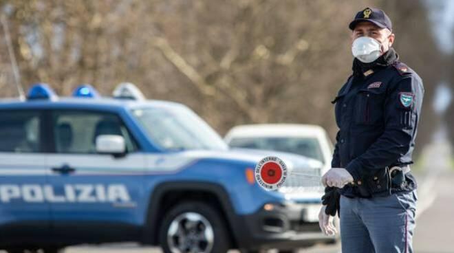 polizia di stato con mascherina