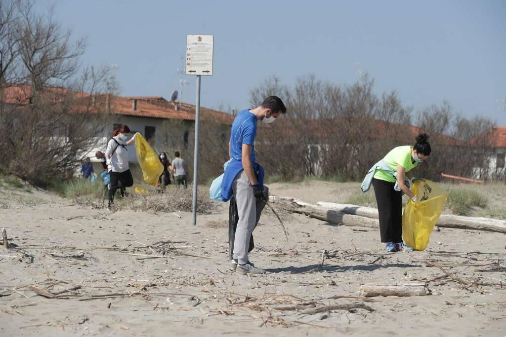 Lido di Dante pulizia spiaggia