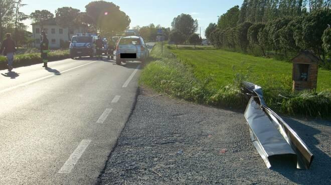 Alfonsine. Grave incidente stradale lungo la Reale. Camion perde lamiere che investono un'auto