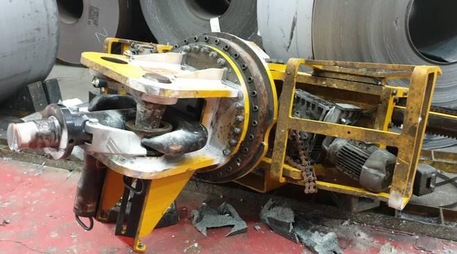 Marcegaglia Ravenna, pinza di oltre 3 tonnellate precipita al suolo