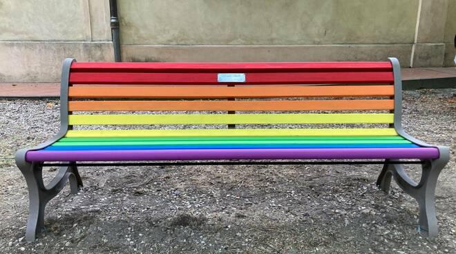 Rotaract Club Faenza ha inaugurato una panchina arcobaleno