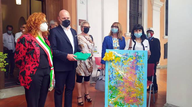 Conselice: donati al presidente Bonaccini e alla sindaca Pula i quadri realizzati dagli ospiti della Jus Pascendi