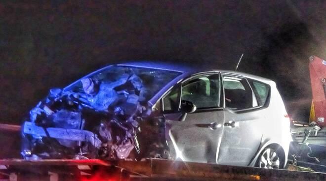 Grave scontro tra un'auto e un camion in autostrada fra Faenza e Forlì: ferita intera famiglia
