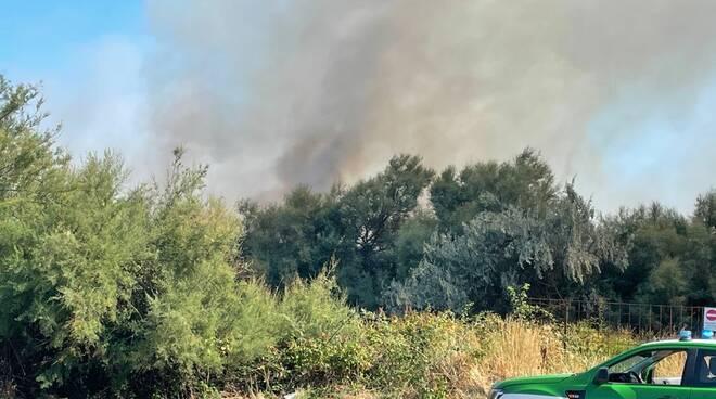 incendio Lido Adriano - spiaggia libera 11 08 2021