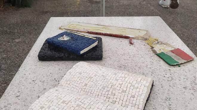mosaico matteucci in darsena vandalizzato