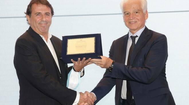 Vittorio Foschi premiato da Tomaso Tarozzi di Confindustria Romagna all'Excelsa-Romagna Award