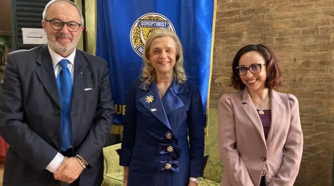 il Vicesindaco Eugenio Fusignani, la Presidente del Soroptimist Antonella Gatta, la neolaureata del Corso bocconi, Cristina Calvano